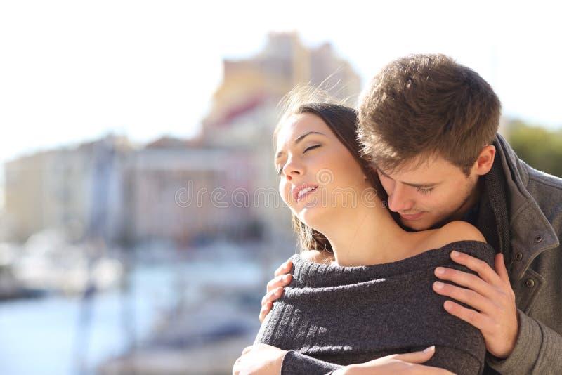 Par som flörtar med passion i gatan royaltyfri fotografi