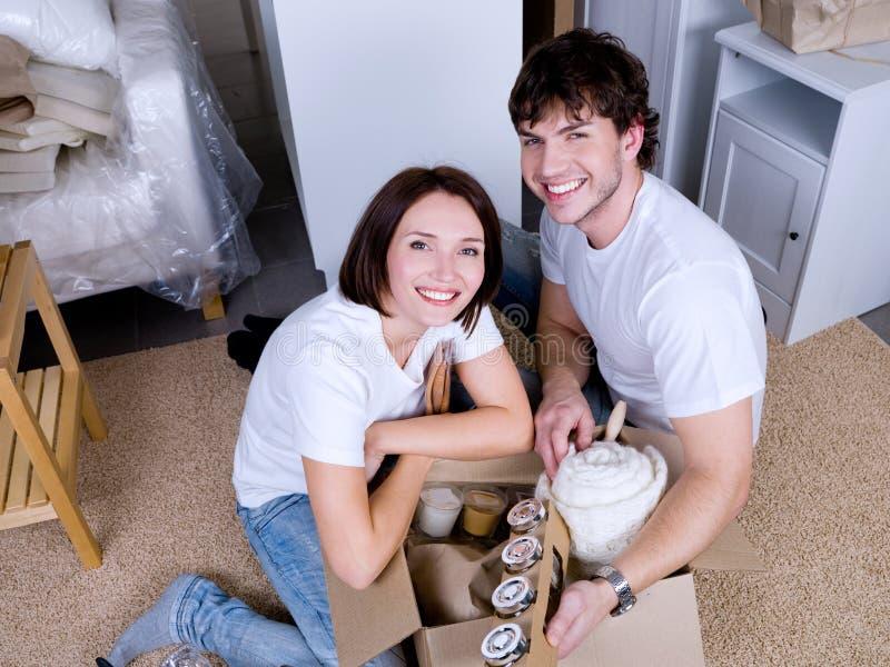 par som flyttar deras ting som packar upp arkivbild