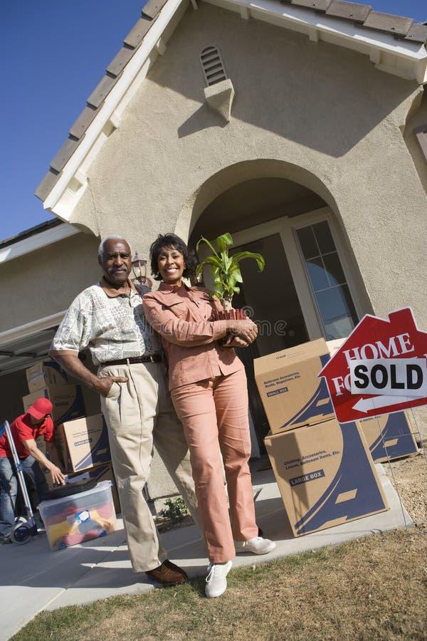 Par som flyttar sig till deras nya hus royaltyfri foto