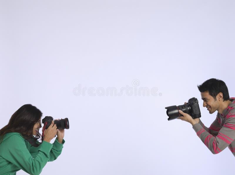 Par som fotograferar sig i studio arkivbild