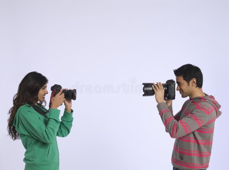 Par som fotograferar sig i studio arkivfoton