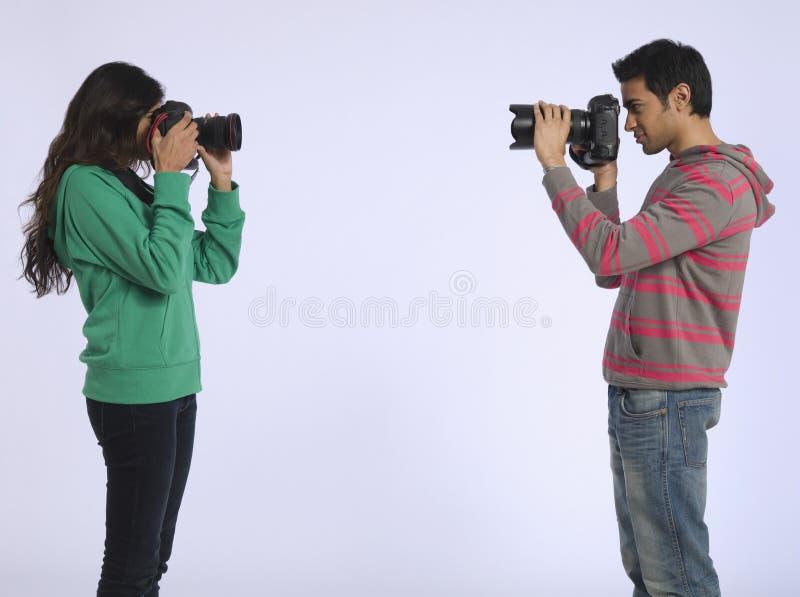 Par som fotograferar sig i studio fotografering för bildbyråer