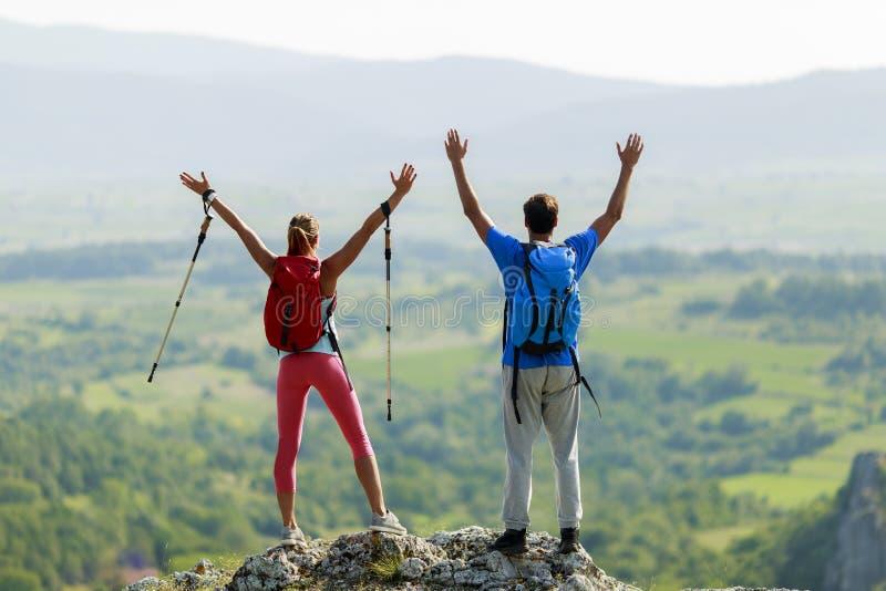 par som fotvandrar på berget royaltyfri foto