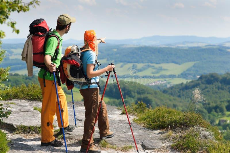 par som fotvandrar panorama- punktsiktsbarn arkivbilder