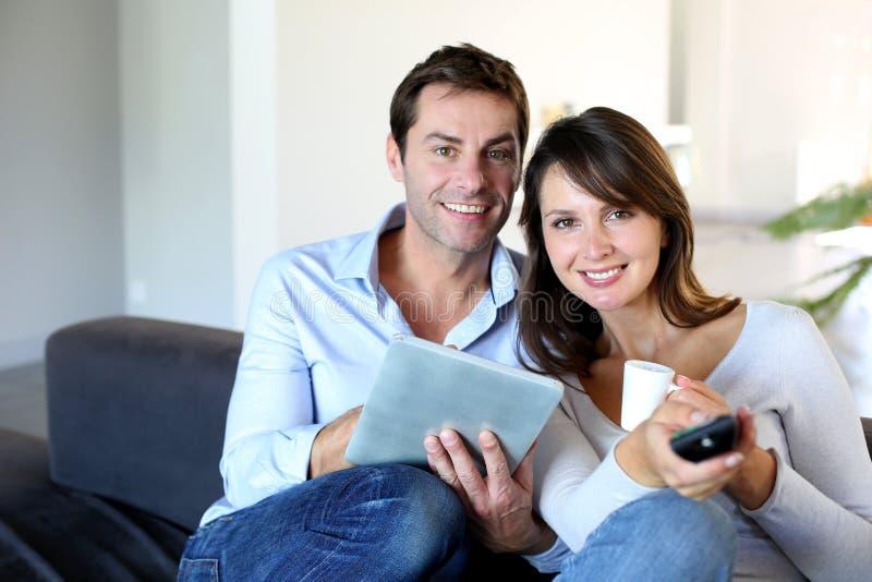 Par som framme sitter av tvset royaltyfri bild
