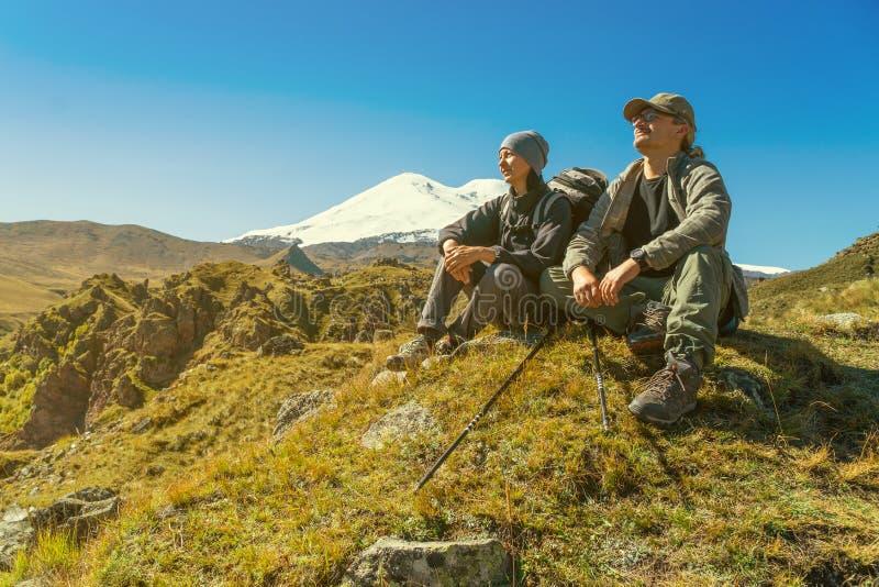 Par som går berg arkivfoton