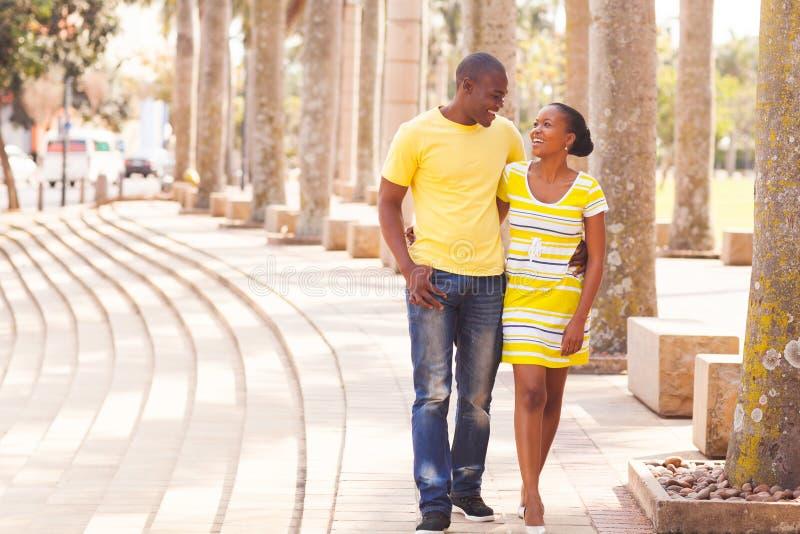 Par som går den stads- gatan fotografering för bildbyråer