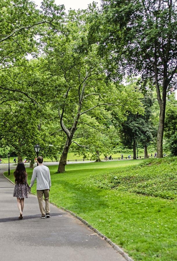Par som går i Central Park i New York City royaltyfri fotografi