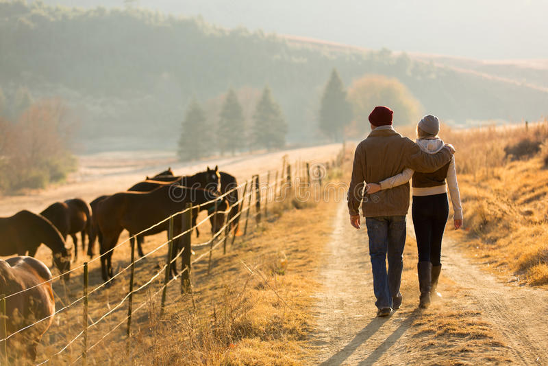 Par som går lantgårdvägen fotografering för bildbyråer