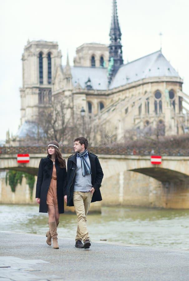 Par som går nära Notre-Dame i Paris royaltyfri fotografi