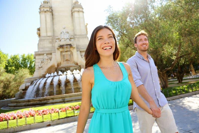 Par som går på Plaza de Espana Madrid royaltyfri bild