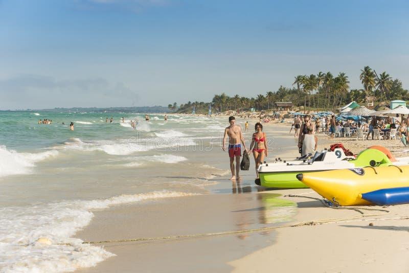 Par som går på strandhavannacigarr arkivfoton