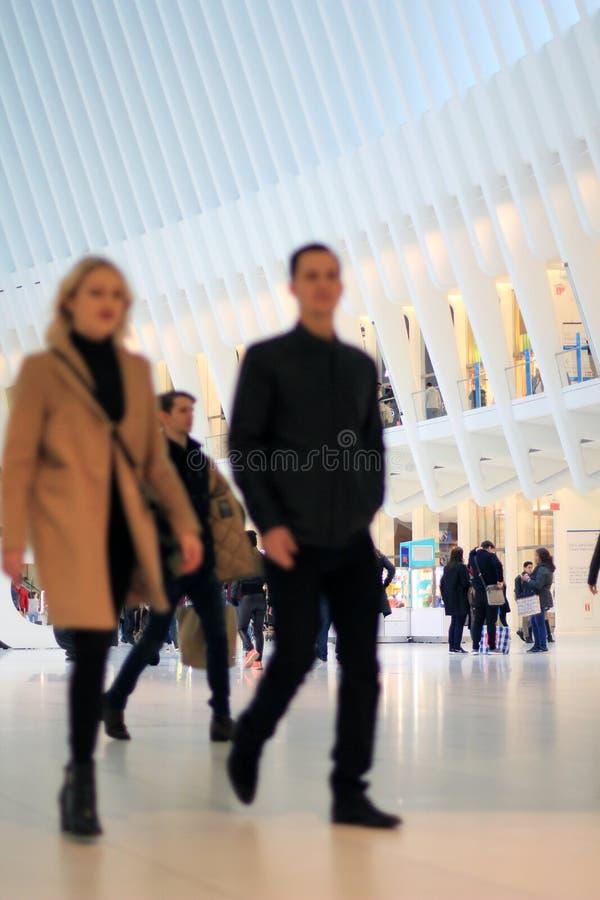 Par som går till och med den ribbade arkitektoniska strukturen royaltyfri bild