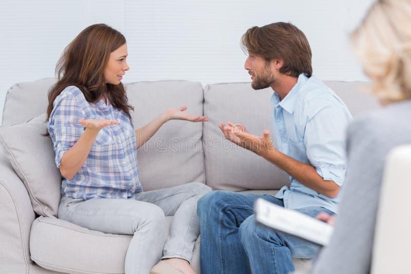 Par som går till och med terapi royaltyfri bild