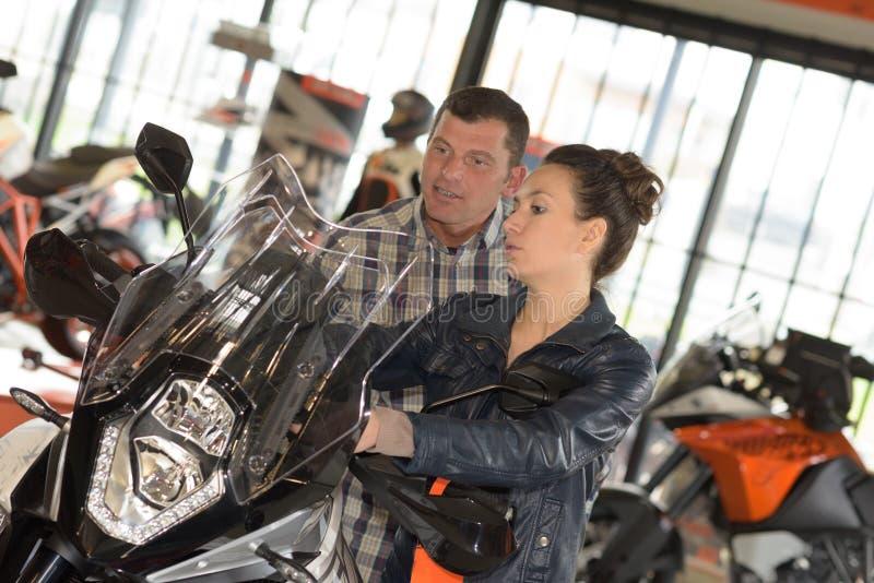 Par som gås ut om att få mopeden fotografering för bildbyråer