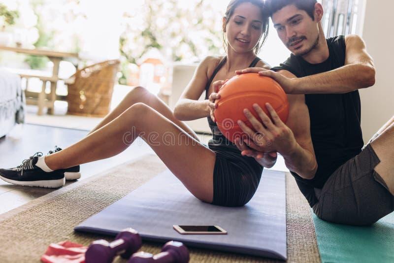 Par som gör övning med bollen royaltyfri fotografi