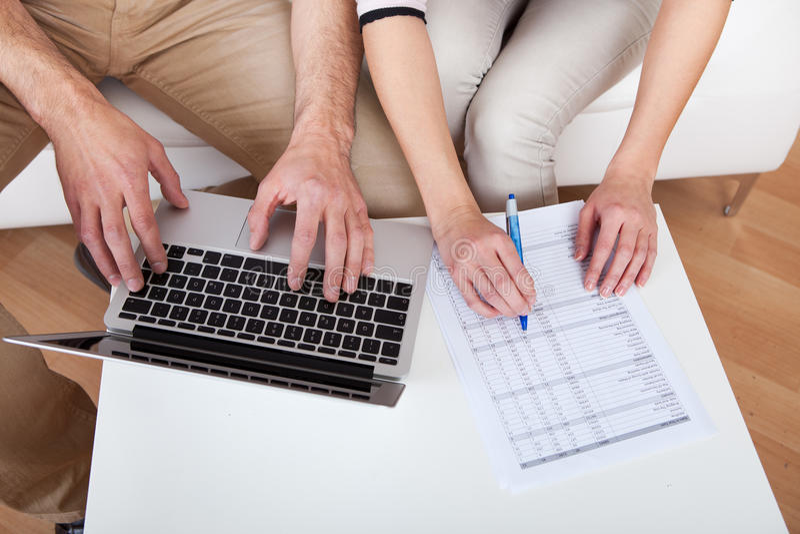 par som gör finansbärbar datorbarn royaltyfria foton