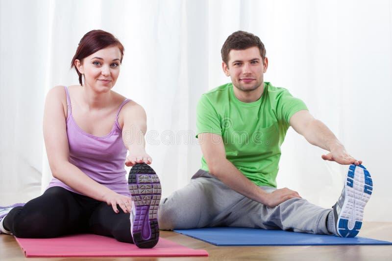 Par som gör pilates royaltyfri fotografi