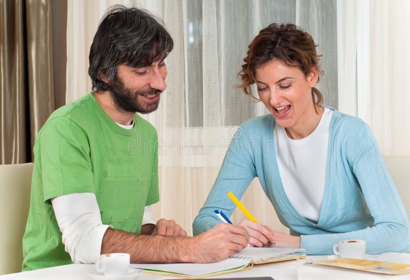 par som gör plan som ler att studera arkivfoton