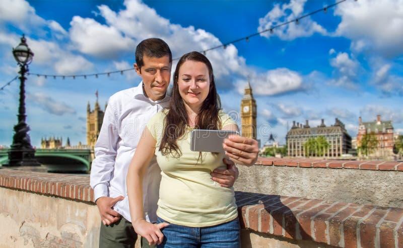 Par som gör selfiefotoet i London royaltyfri foto