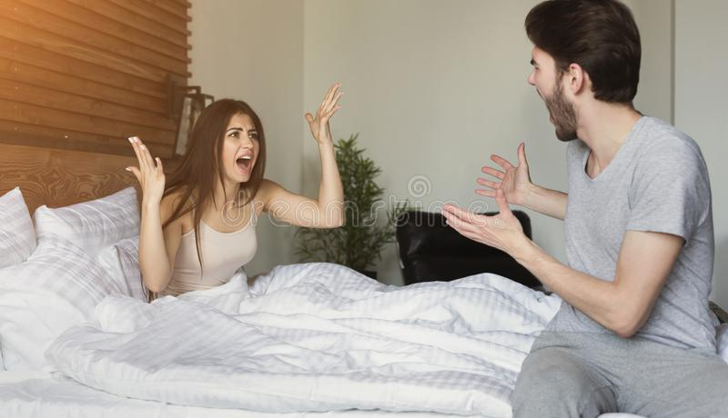 Par som har argument i sovrum royaltyfria bilder