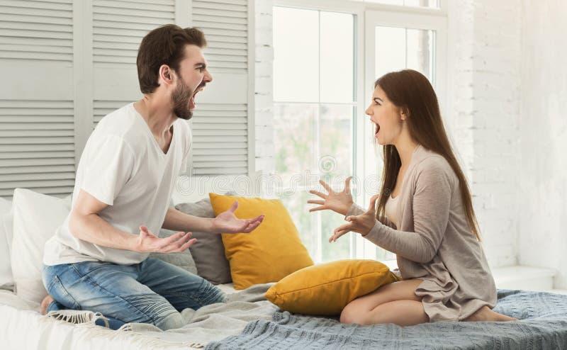 Par som har argument i sovrum arkivfoton