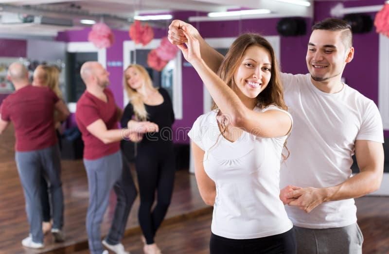 Par som har dansgrupp fotografering för bildbyråer