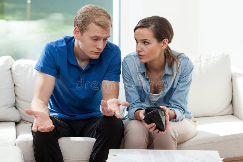 Par som har den tomma plånboken arkivfoto