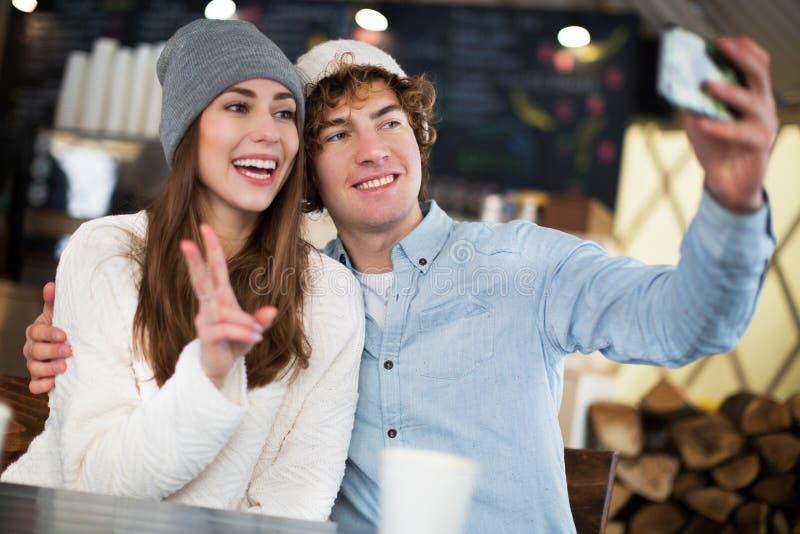 Par som har den varma drinken på vinterdag royaltyfri foto