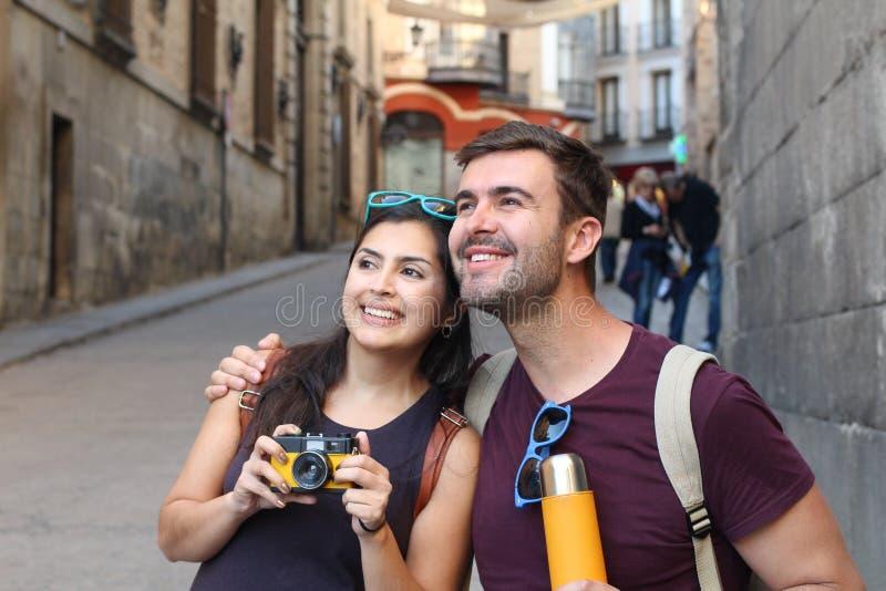 Par som har en stor tid utomlands royaltyfri bild