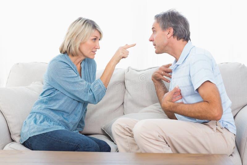 Par som har ett slagsmål royaltyfri fotografi