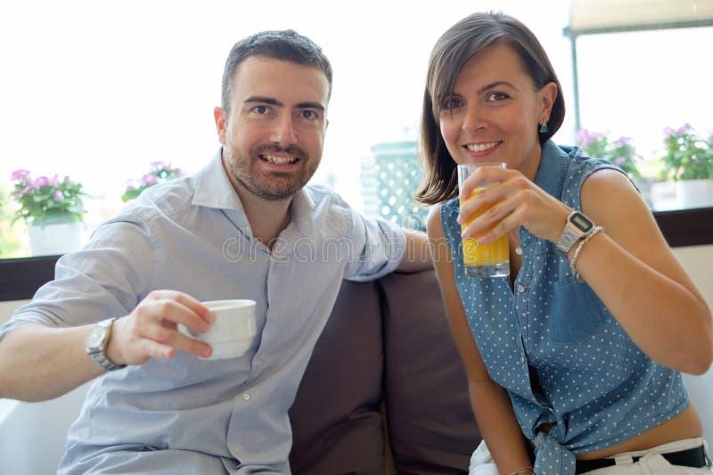 Par som har frukosten i hotell under semestrar royaltyfri fotografi