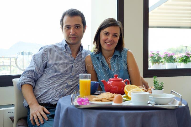 Par som har frukosten i hotell under semestrar royaltyfri foto