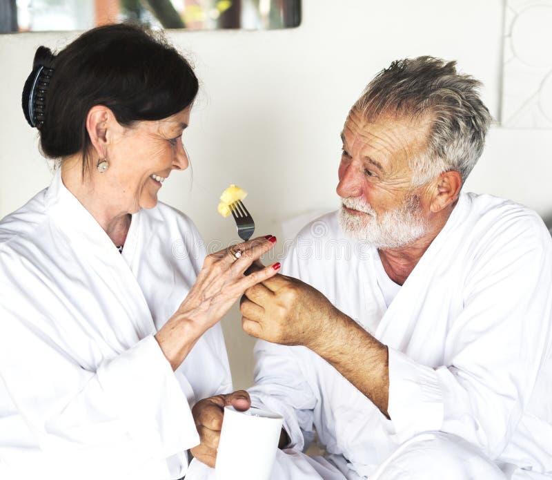 Par som har frukosten i underlag royaltyfri foto