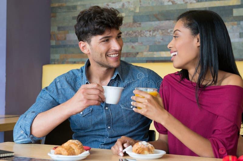 Par som har frukosten på cafeterian royaltyfri bild