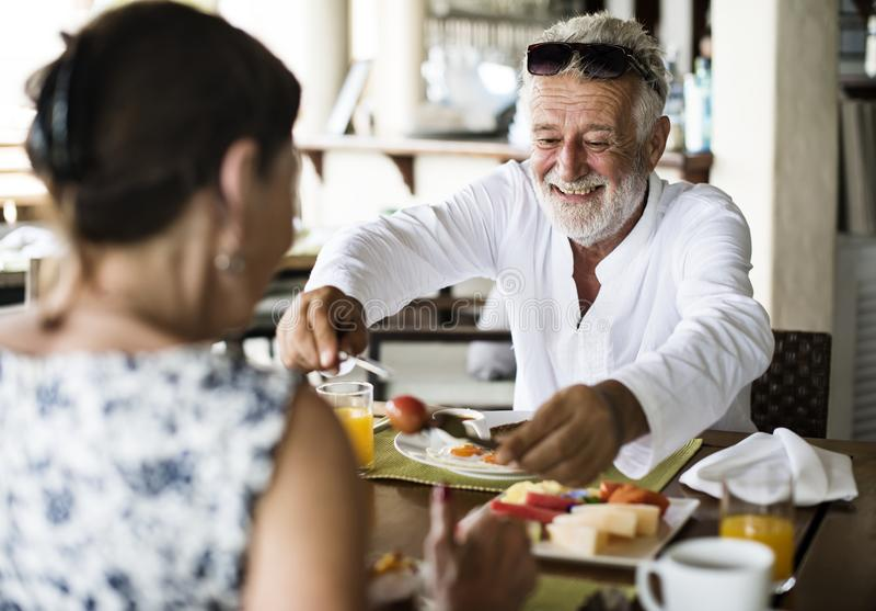 Par som har frukosten på ett hotell royaltyfria foton
