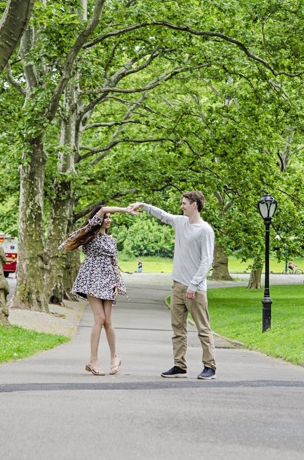 Par som har gyckel i Central Park i New York City royaltyfri bild