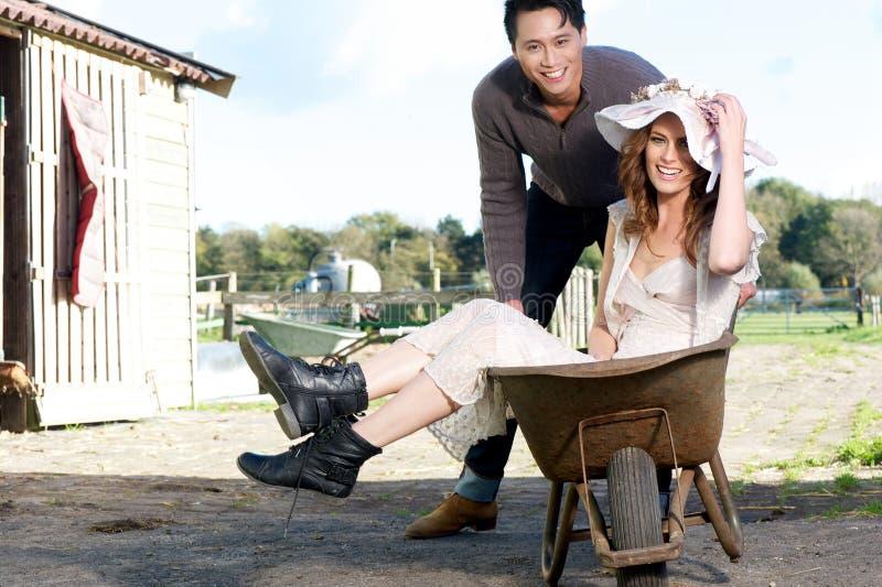 Par som har gyckel på lantgården royaltyfri foto
