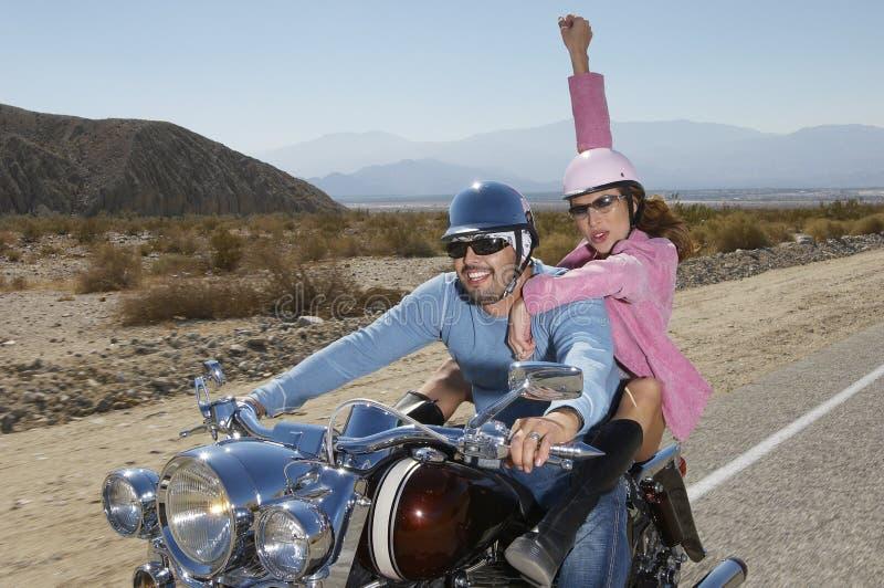Par som har gyckel på motorcykeln fotografering för bildbyråer