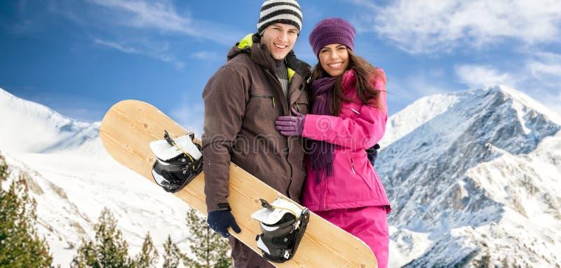 Par som har gyckel skidar på, ferie arkivfoto