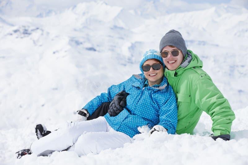 Par som har gyckel skidar på, ferie i berg arkivfoton