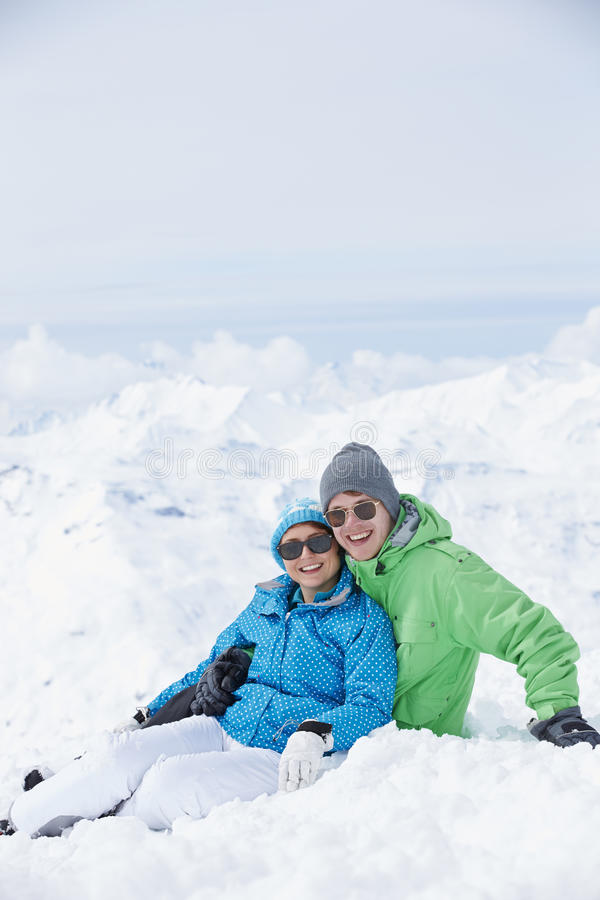 Par som har gyckel skidar på, ferie i berg arkivbilder