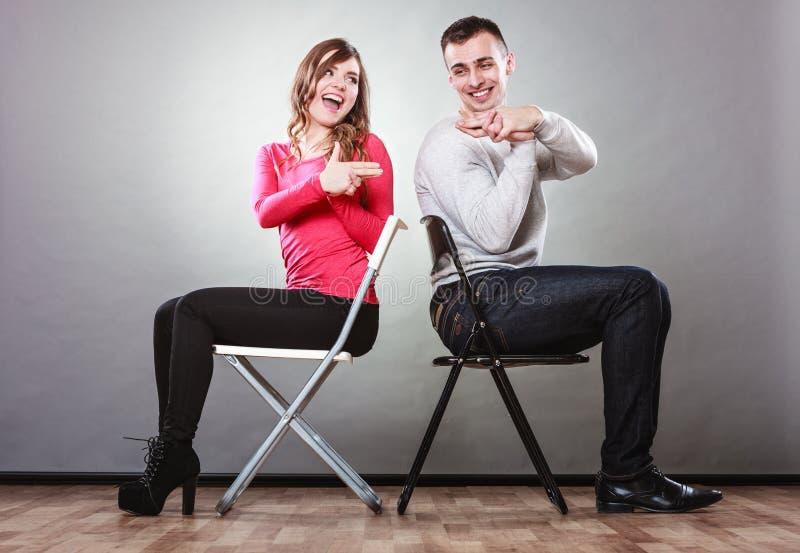 Par som har inbillade handfingrar för gyckel, är vapen royaltyfri fotografi