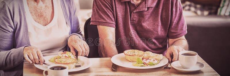 par som har lunchpensionären tillsammans fotografering för bildbyråer