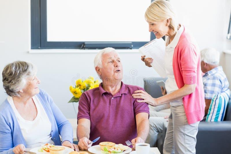 par som har lunchpensionären tillsammans royaltyfri bild