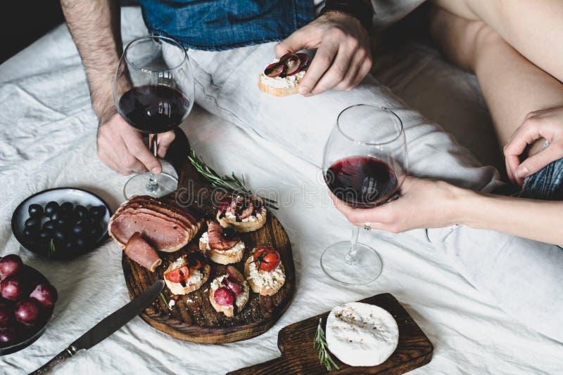 Par som har matställen med vin arkivbilder