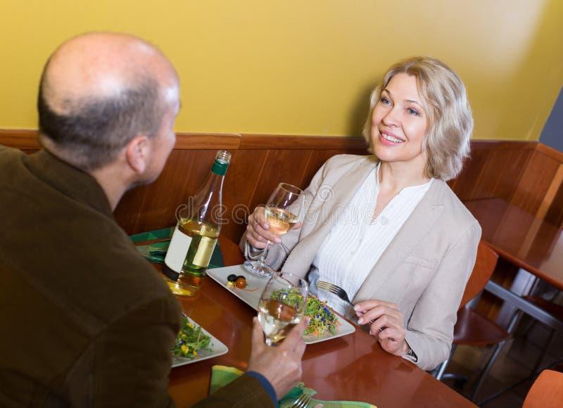Par som har matställen på restaurangen arkivfoto