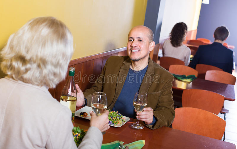 Par som har matställen på restaurangen royaltyfri bild