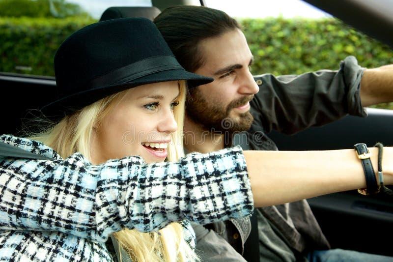 Par som kör bilen som beundrar naturen under tur arkivfoton