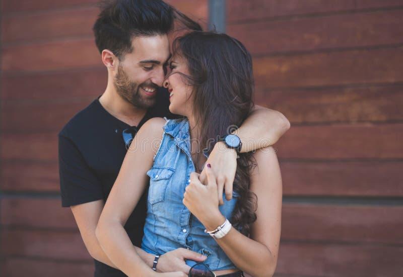 Par som kelar tillsammans att trycka sig på skratta för näsa royaltyfria foton